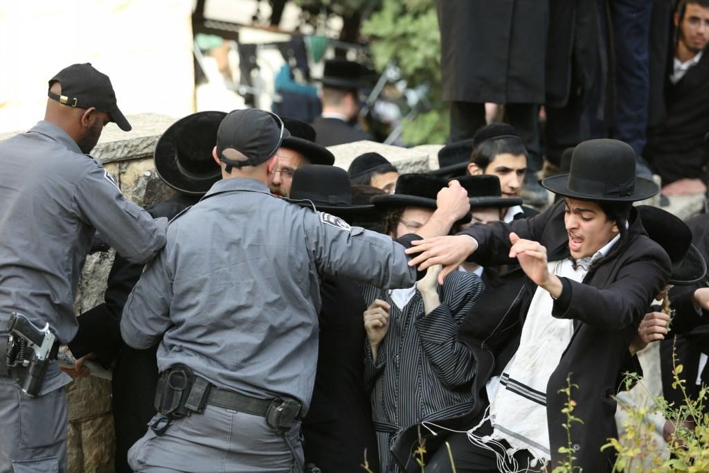 """מח""""ש מאשימה: הקצין היכה ובעט במפגינים חרדים"""