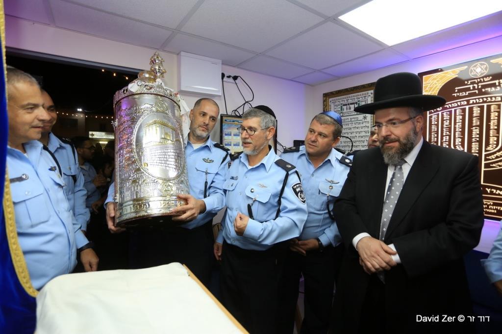 שוטרים פיזזו לצד תושבים עם ספר התורה
