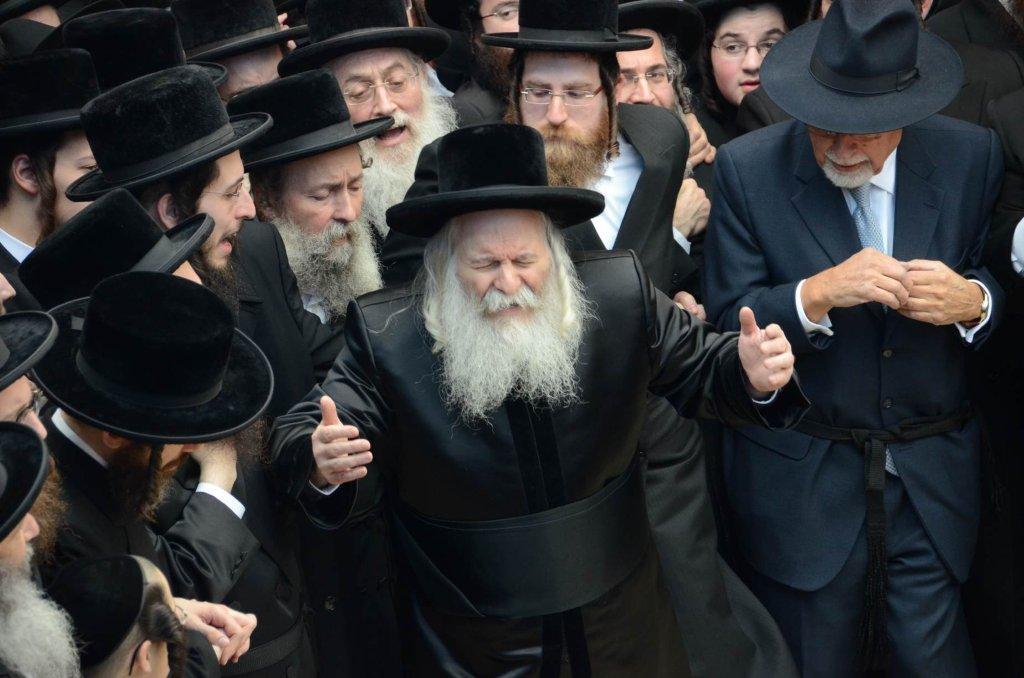 צפו: הרבי מבאבוב הגיע עם אלפי חסידיו לאתרא קדישא מירון