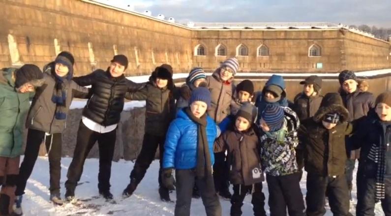 """צפו: ילדים שרים סמוך למבצר ממנו שוחרר האדמו""""ר"""