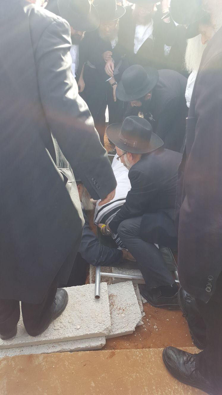 ממררים בבכי: הקבורה של מרן ראש הישיבה