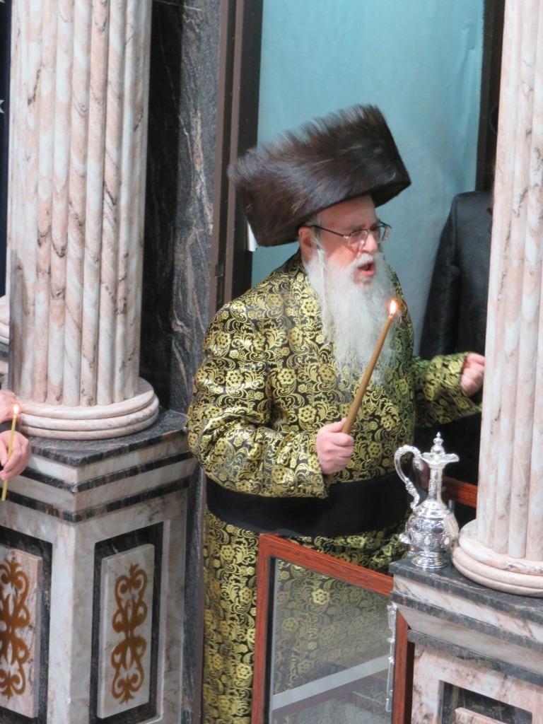 """הרבי מצאנז בהדלקה: """"הסתלק מנהיג ישראל"""""""