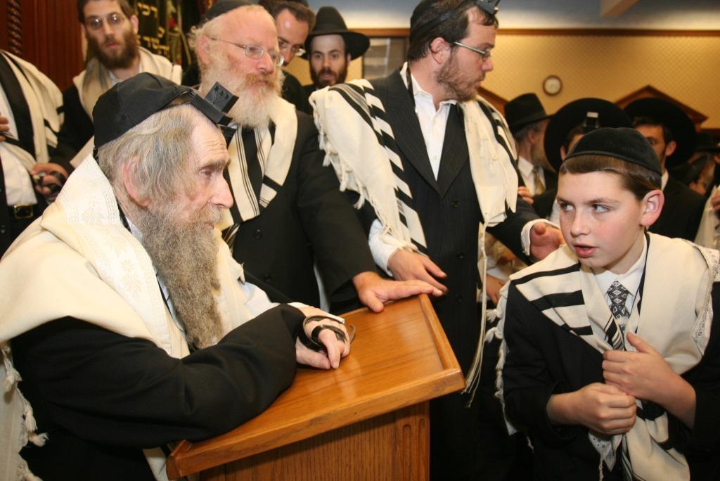 הרב שטיינמן עם בחורי ישיבה. צילום: שוקי לרר