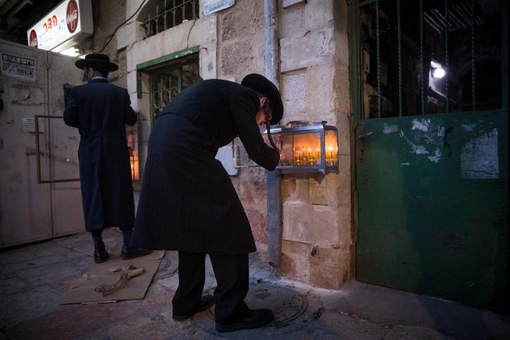 במאה שערים הדליקו את הנר השישי • גלריה
