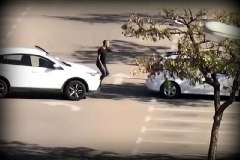 תיעוד וידאו: השוטרים זינקו על הפורץ בשעת מעשה