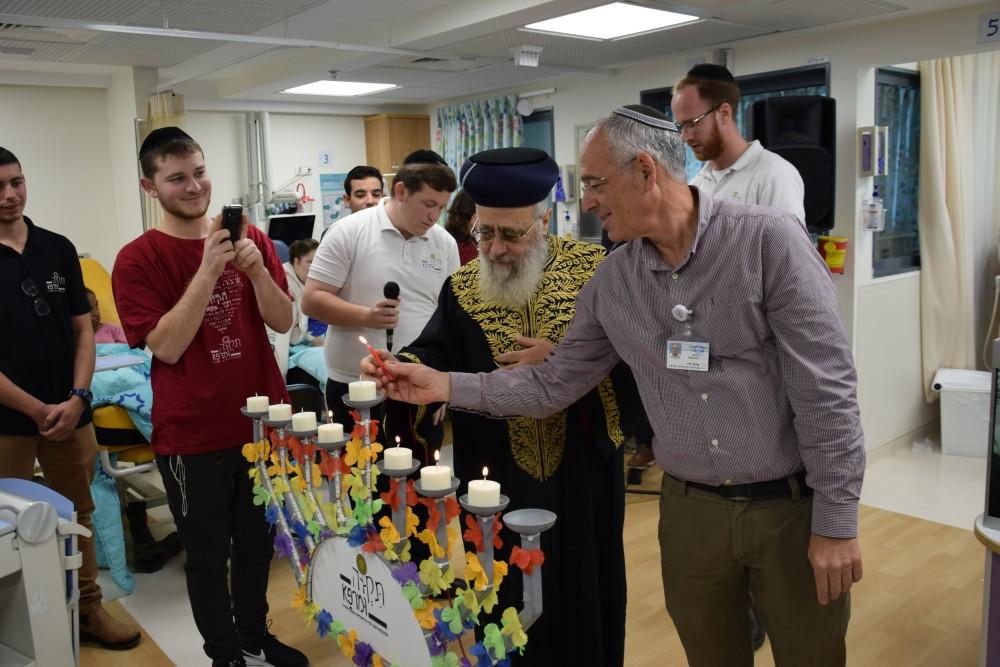 הרב הראשי לישראל הדליק נרות חנוכה עם ילדי הדיאליזה בשערי צדק