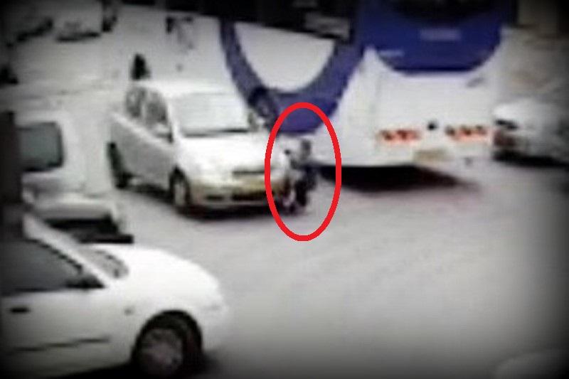 תיעוד מחריד: ילד מתפרץ לכביש - ונפגע