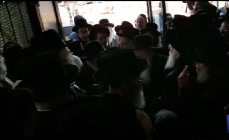 ליד חנותו של רובשקין: קהל ההמונים חוגג