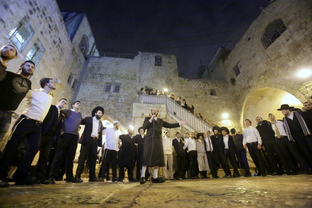 מַלְכָּא מְשִׁיחָא: מאות פיזזו בקבר דוד המלך • צפו