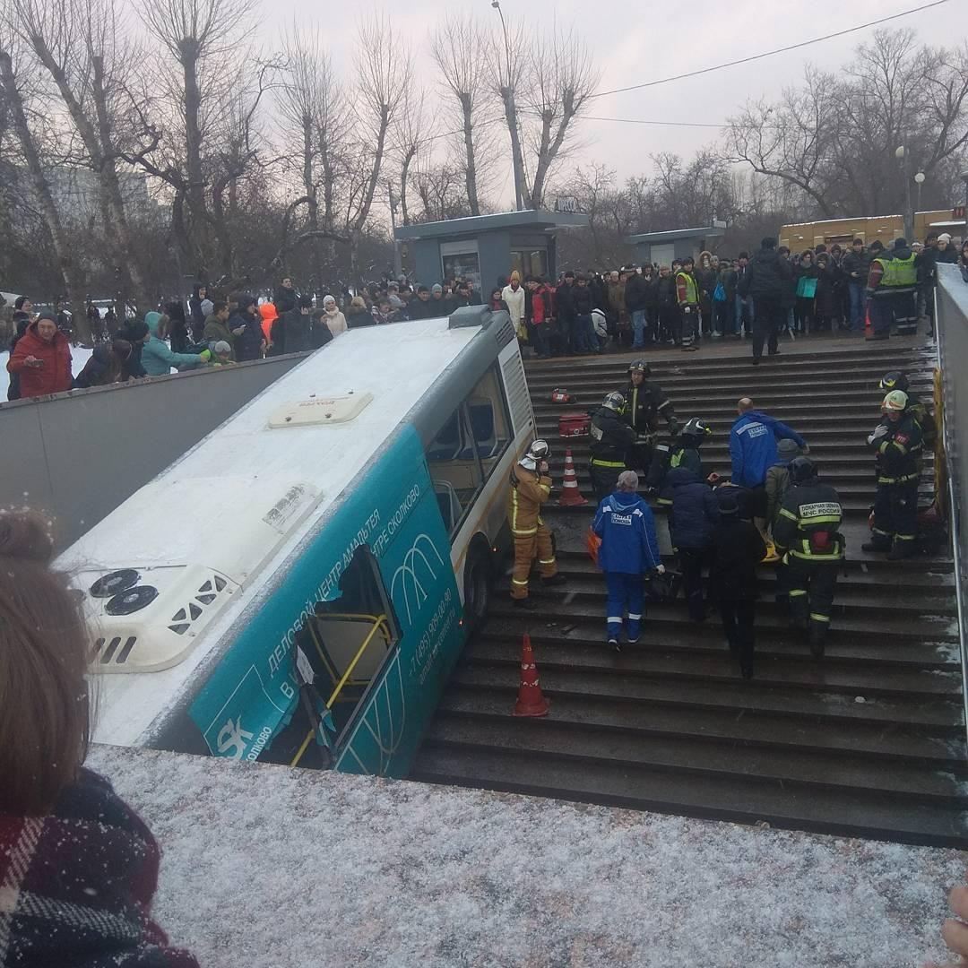 תיעוד חריג: אוטובוס ירד למדרגות הרכבת; 5 נהרגו ו-20 נפצעו