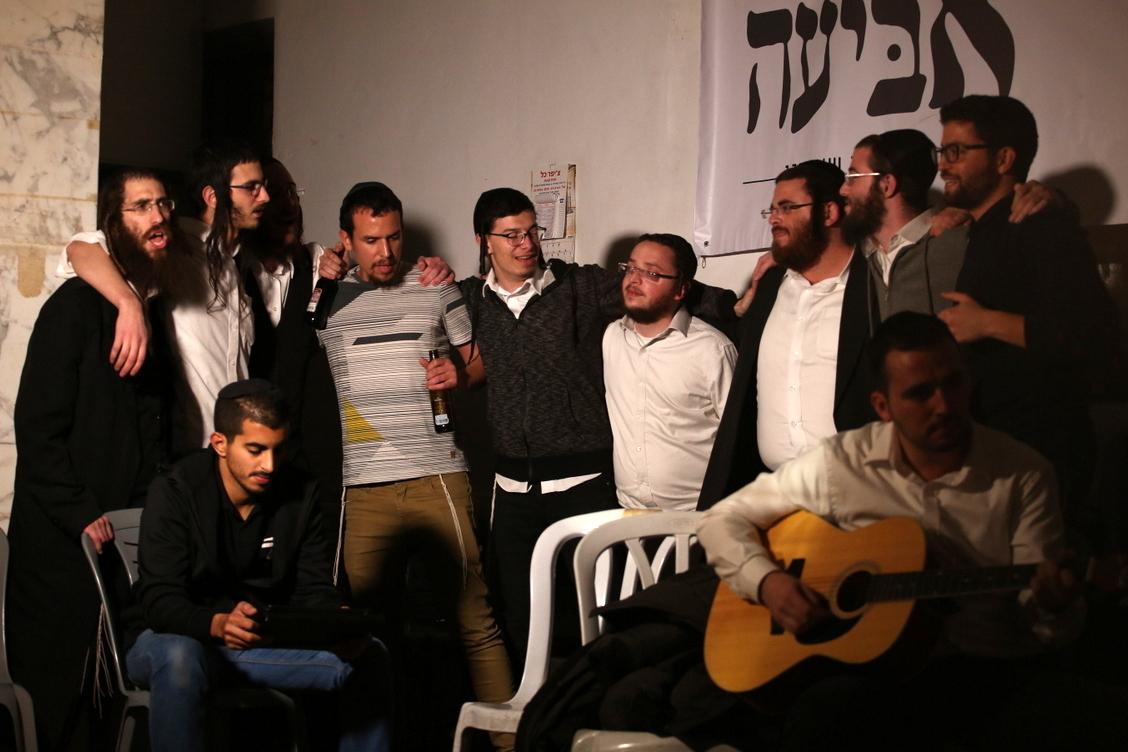 תופעה: צעירים חרדים מתחברים לשירה ישראלית . צפו