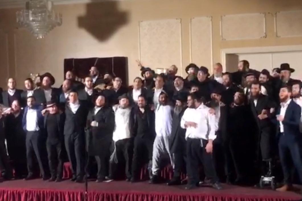 עשרות מוזיקאים שרים עם רובשקין: