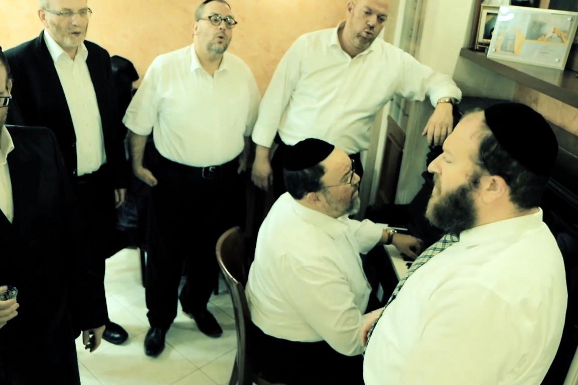 אברימי רוט ומקהלה מגישים: שבת בנוסח גרין • צפו