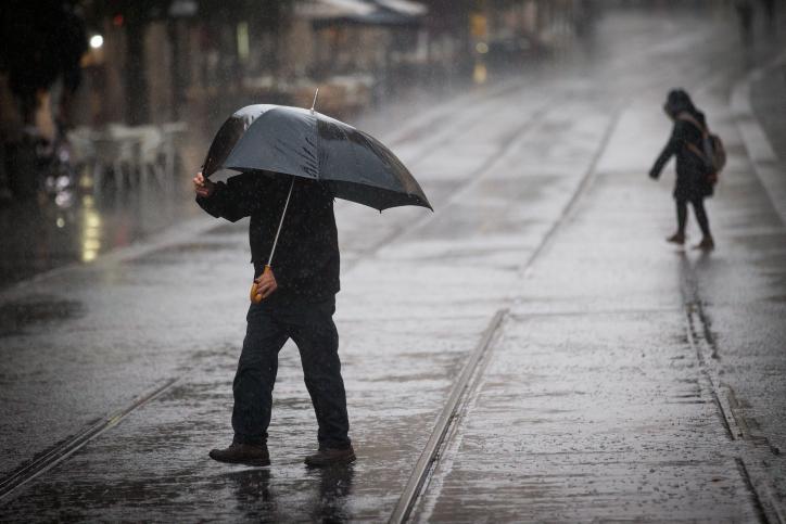 """שטפונות ורוחות של 65 קמ""""ש: הרשויות נערכות לסופה קיצונית"""