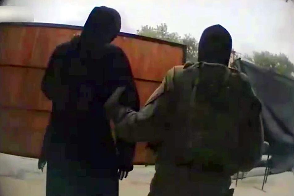 """צפו: הצעירות תכננו להצטרף לדאעש - ונעצרו ע""""י מסתערבים"""