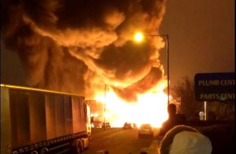 המפעל בער - הלהבות הגיעו לגובה רב • צפו