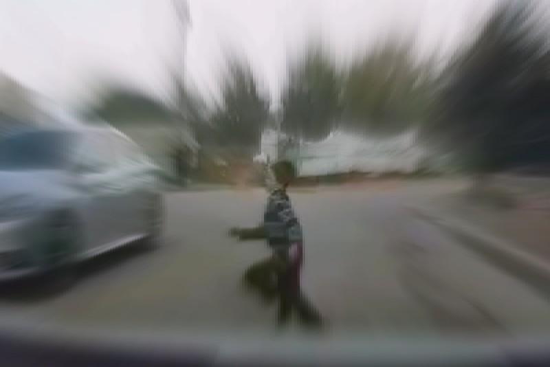 ילד התפרץ לכביש בבני ברק וניצל בנס • צפו