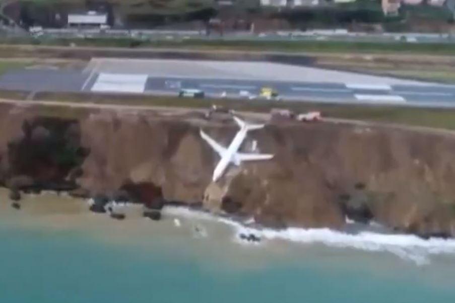 כמעט אסון: מטוס הנוסעים החליק - ונעצר על קצה הצוק