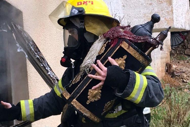 לוחמי האש חילצו את ספרי התורה מבית הכנסת הבוער