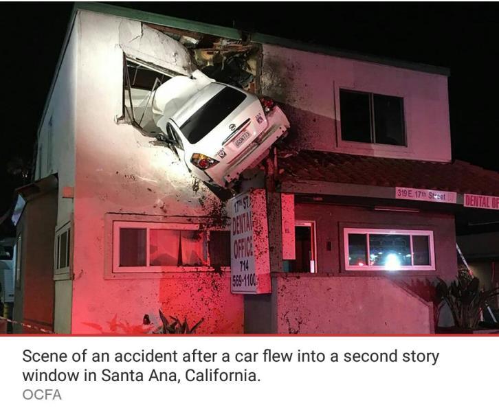 הרכב טס לתוך הקומה השניה ונתקע בחלון