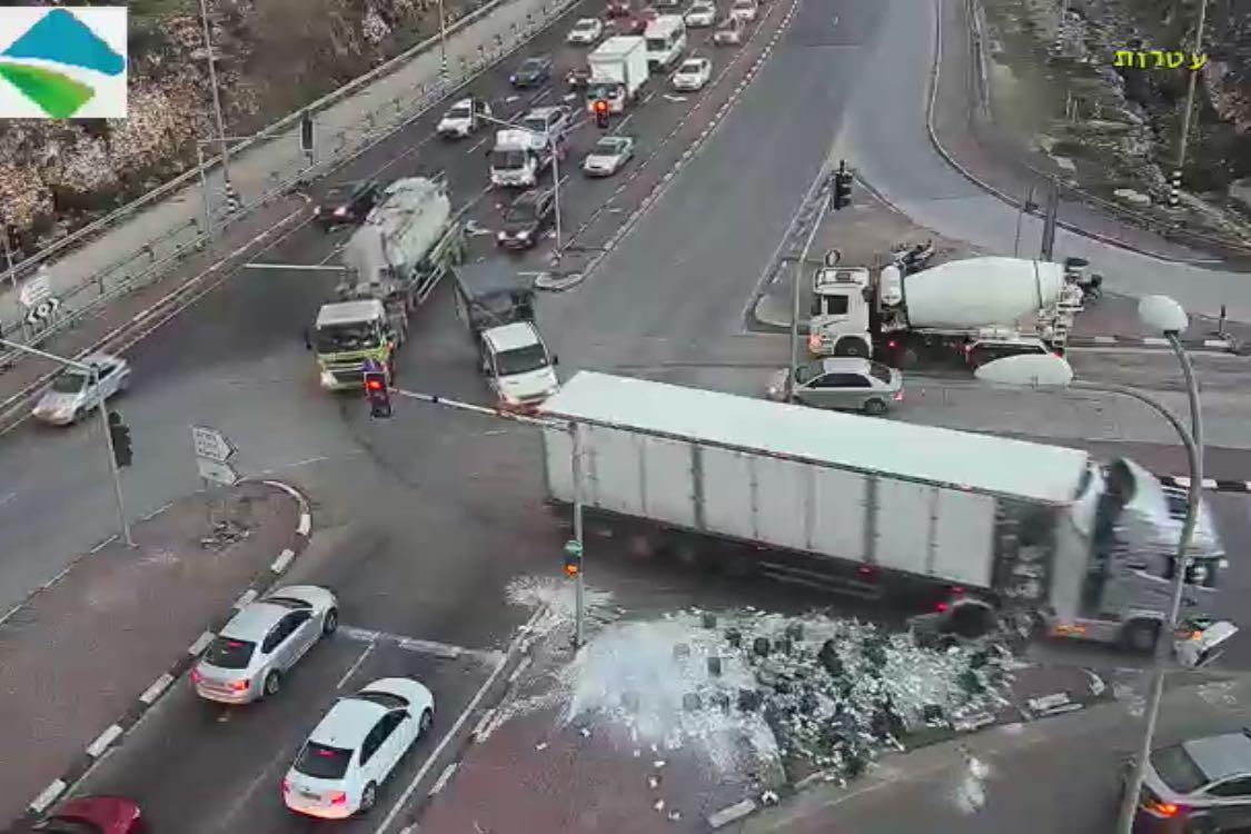 הכביש נצבע בלבן: מאות ליטרים של חלב נשפכו אתמול ממשאית בצומת עטרות בירושלים • צפו