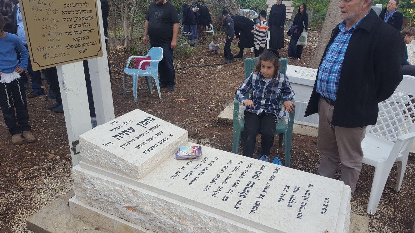 שנה לרצח המזעזע: המקובל עלה לקבר של נחמן עתיה • צפו