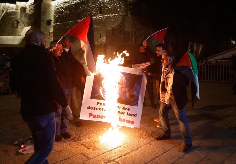 מחאה: פלסטינים שרפו את תמונתו של האורח