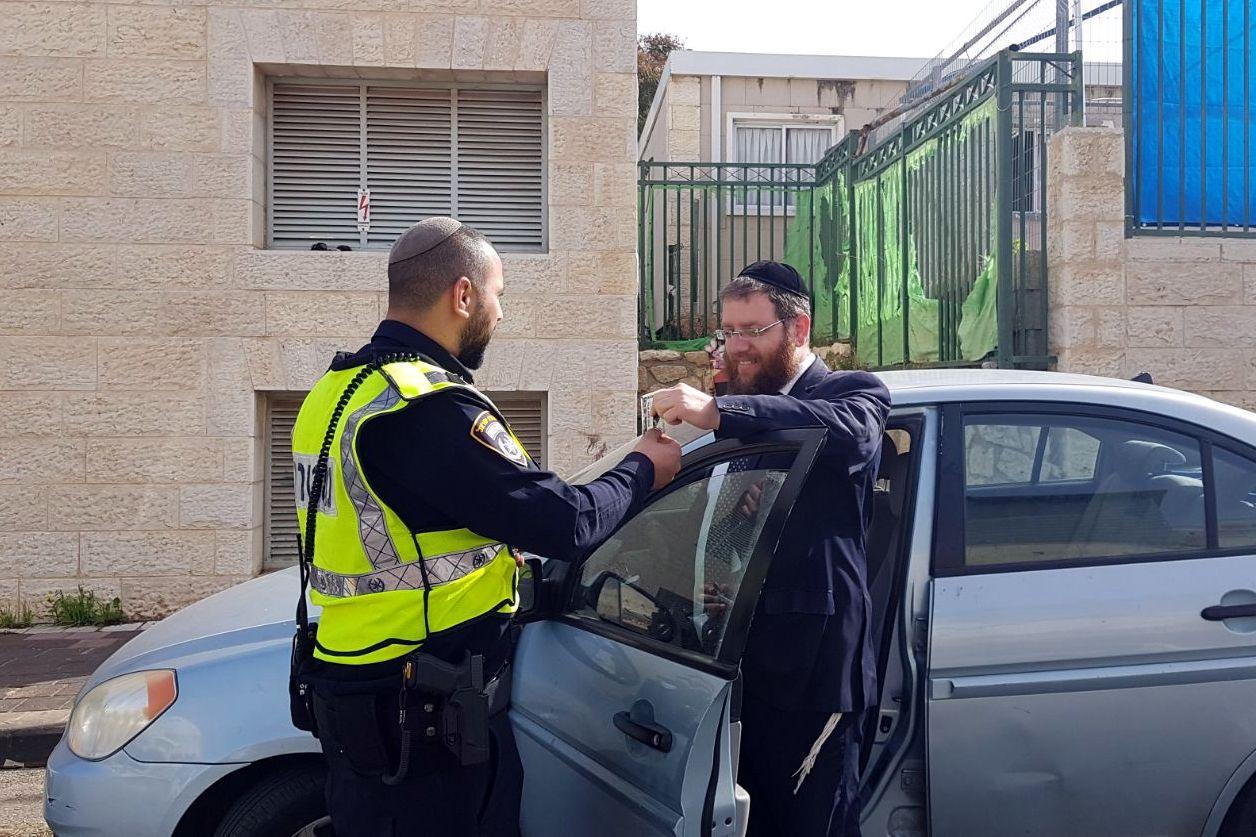 צפו: השוטר עצר את הנהג - והפתיע אותו במגבון