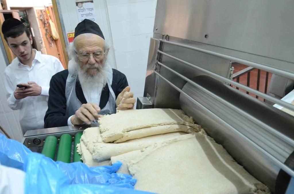 צפו: הרבנים באו לבית שמש לאפות מצות מכונה