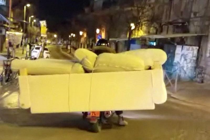 צפו: מובילים ספה על אופנוע במאה שערים