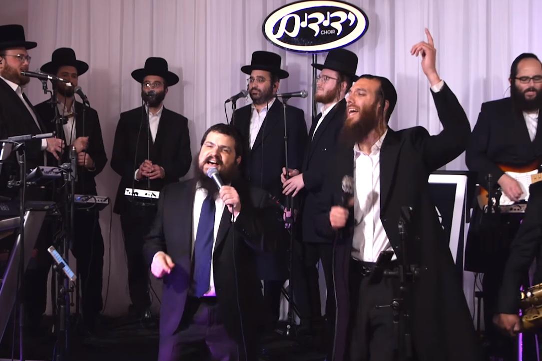 צמד הזמרים מבצע את שירה של הזמרת הישראלית: