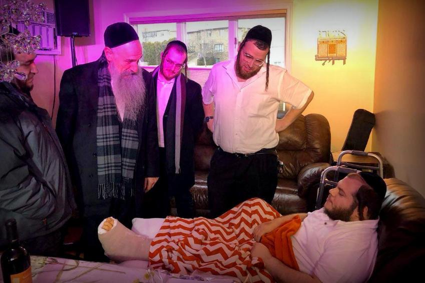 ביקור חולים: מרדכי בן דוד ביקר את הזמר שנפצע • צפו
