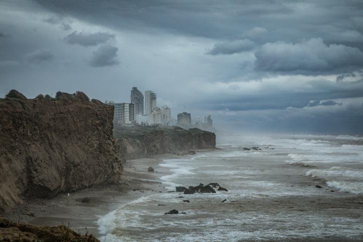 כך נראה חוף הים בחורף • גלריה מרהיבה