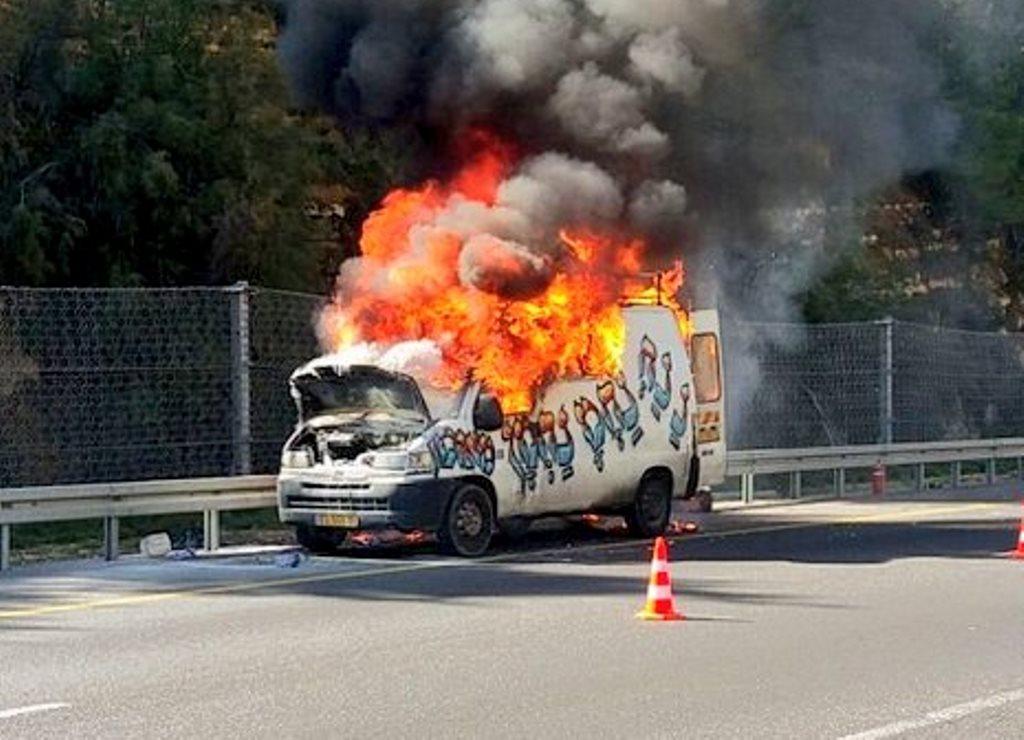 צפו: הרכב של הננחים עלה באש בכביש 1