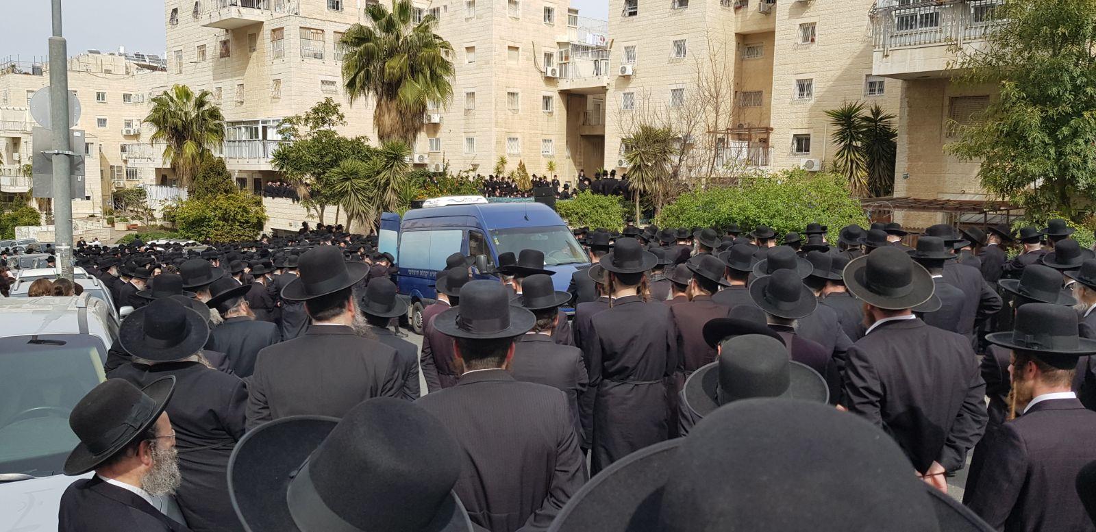 אלפי חסידים ליוו למנוחות את הרבנית הצעירה