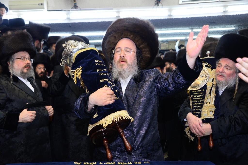 """הרבנית הכניסה ס""""ת והרבי איחד את האחים"""