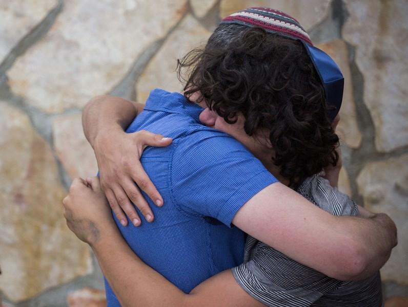 צפו: המשפחות שעודכנו על האסון בוואטסאפ מספרות