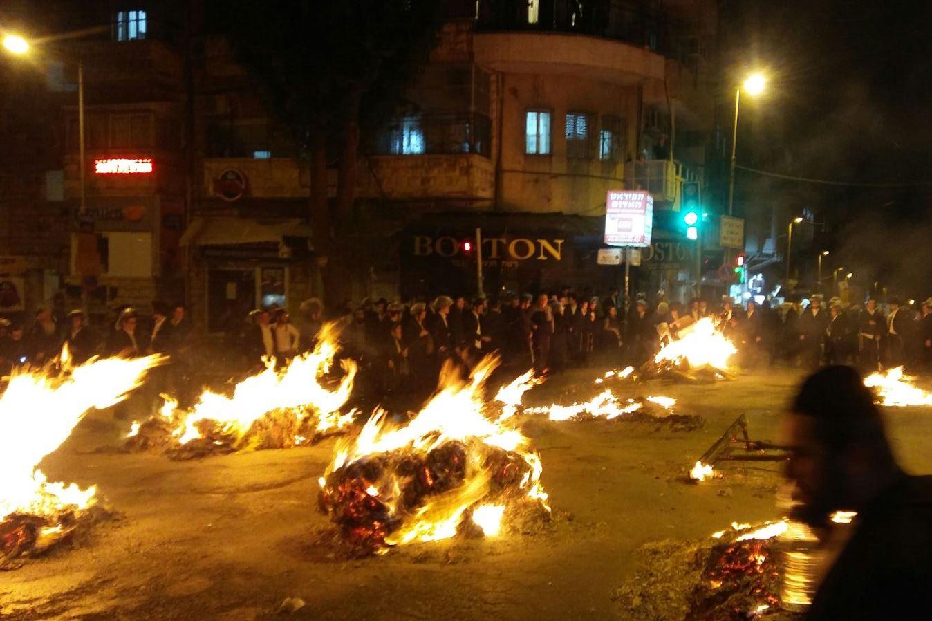 """אש בכיכר השבת: מאות מחו נגד """"גיוס בנות"""""""