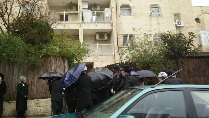 """מפגינים התפרעו הבוקר מתחת לביתו של ח""""כ מקלב. הוא חולץ על ידי שוטרים • צפו"""