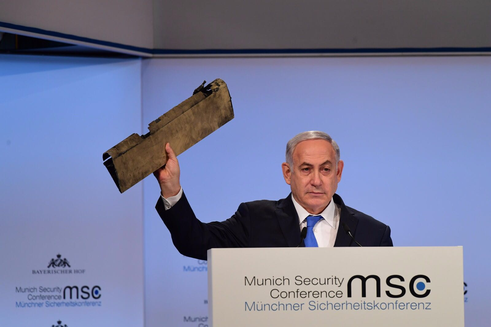 בעיצומו של הנאום בוועידת מינכן, נתניהו שלף את המל''ט האיראני וקרא,