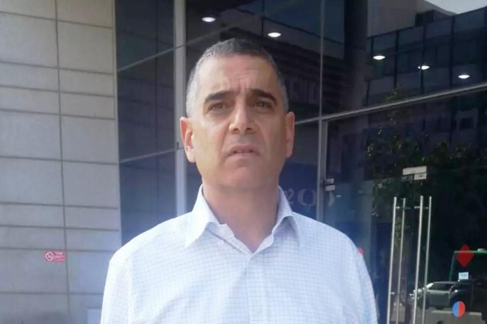 איש הצללים של פרשת בזק: העיתונאי שנהפך למיליונר