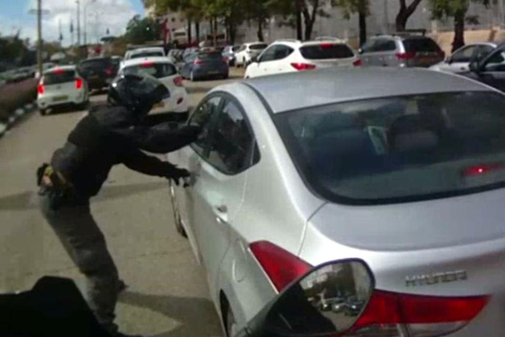 תיעוד: הפורץ הנמלט נעצר באמצע הכביש