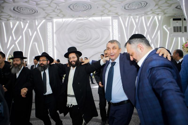 """חסידי חב""""ד וסאטמר רקדו ביחד עם הקוזקים באוזבקיסטן"""