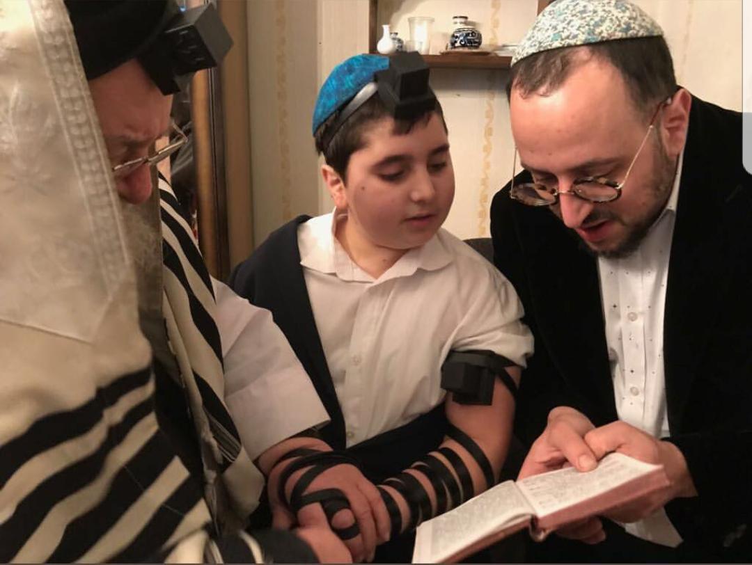 בשבעה על סבתו: הזמר הניח תפילין לבנו
