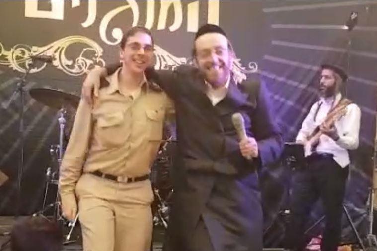 בצל המחאות: הזמר החסידי רקד עם החייל