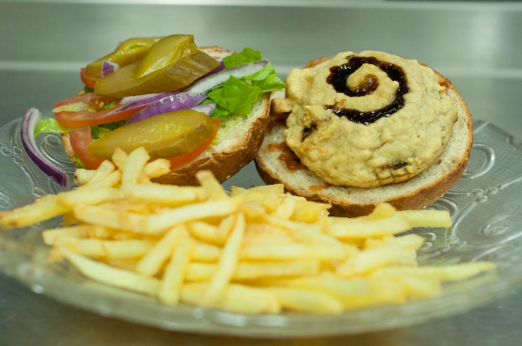פינת אוכל על האש: המבורגר מפטריית פורטבלו וסלט צבעוני