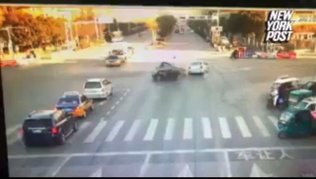 צפו בתיעוד נדיר: אזרחים עוצרים רכב נוסע