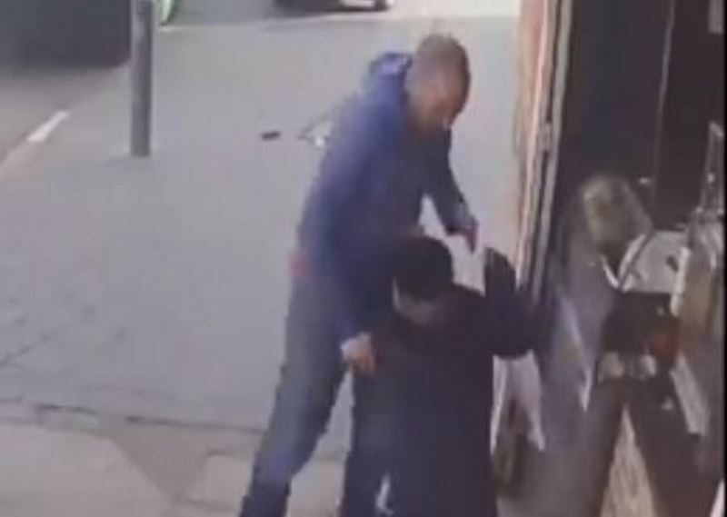 צפו: בעל חנות בירושלים מכה ילד חרדי
