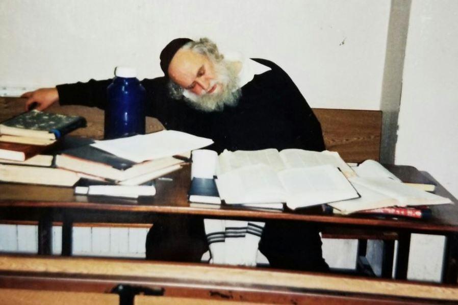 3 בבוקר: הספרים פתוחים ורבי שמואל נרדם