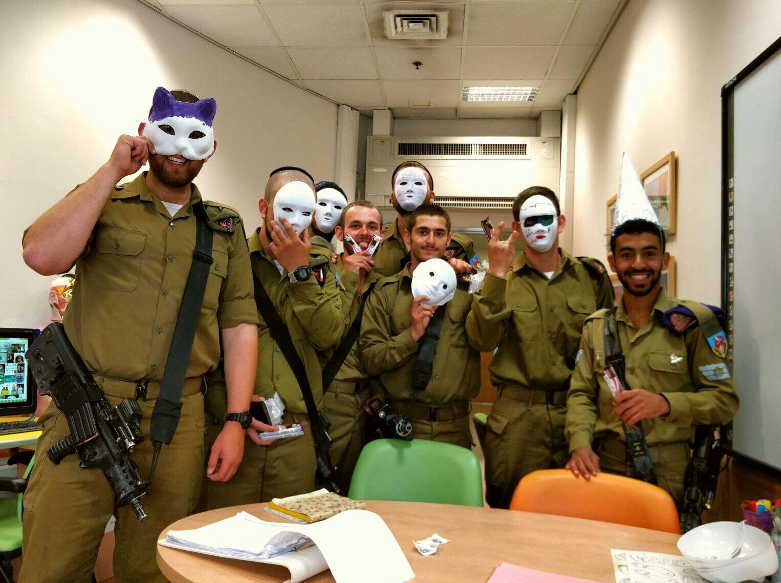 החיילים החרדים עושים שמח בבתי החולים
